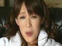Sultry, la maman japonaise a un jouet sexuel qui amène sa chatte poilue