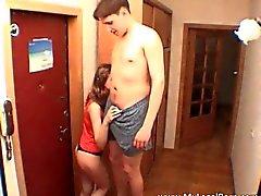 Seksi esmer genç Masha şaşırtıcı verir