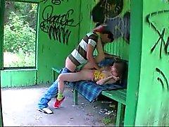 Onze eerste gras sex op het busstation