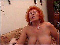 Unga varm rödhårig tjej ger blowjob