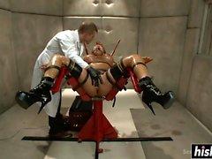 Ava Devine aime une action BDSM