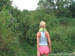 Blonde babe dá cabeça na natureza