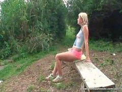 Blondi tyttö antaa päähän luonteeseen