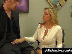 Vencedora do prêmio adulto Julia Ann drena um galo com Hot HandJob!