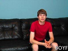 Magert homo pojke får staven sög