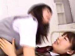 Kahden ihana itämaisia koulutytöille olla hauskaa hihnaa - lelujen
