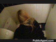 Cazzo fin che arriva di un Situazioni Bionde stretto twat nel gabinetto aste in