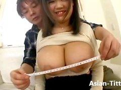 Asiatische mit großen Titten in der weißen Wäsche