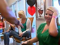 Blonde tyyppi perseestä tyttöä sekä harjanteelle lutka nieli kukko