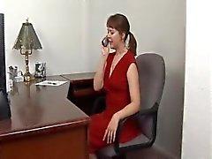 Bir kırmızı elbiseli bağlı ve gagged sıcak milf