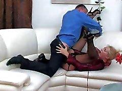 Blonde ryska morsa får slickas och sedan slog på soffan
