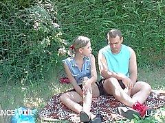 Jeune et jolie blonde se fait doigter en pleine nature