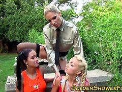 Busty lesbiska urinerar