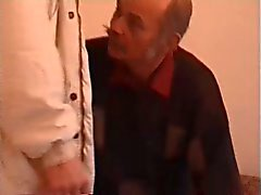 Gubben moustachu bli knullad av en twink
