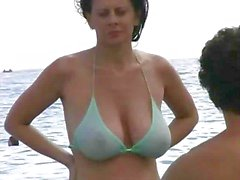 Het MILF i bikini på stranden