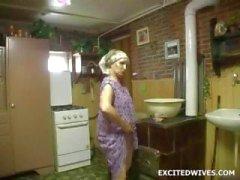 Velha senhora usa vibrador enorme em si mesma
