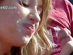Vacker ung flicka rök dick i bilen