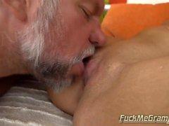 Pieni Brunette Lizin Harrastaa Senior Tongue