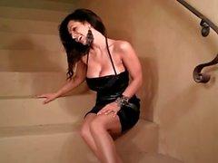 Denise Milani a à chaud sur des escaliers - non nus