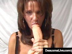 Texas Cougar Deauxma fait gicler son jus pendant qu'elle se gode!