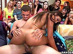 Porrstjärna knullar på en sovsal fest