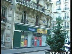 Jeune exhib francaise pompe une bonne queue en pleine rue