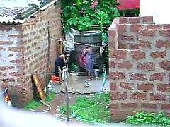 Mira este de dos calientes srilanqués la señora llegar baño en el exterior