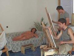 Vieille garce se faire ruiner de deux jeunes peintre