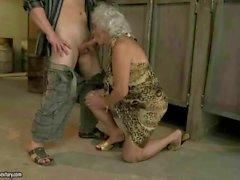Büyükannen genel tuvalet pis seks sahiptir