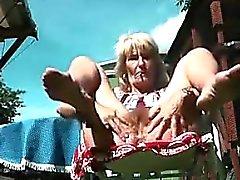 Della nonna Flashing La sua esterna del Pussy