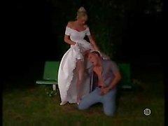 Braut in Strümpfe im Freien