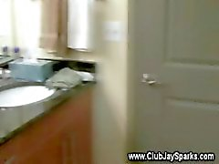 Cara loiro masturbando -se fora na banheira para seu próprio prazer