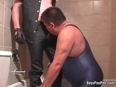 Horny guy in spandex jerking while getting pisse by his boyfriend