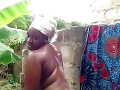O bebê africano toma um chuveiro
