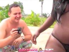 Густая Доминиканская пупсик выебанная к Pool