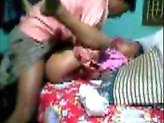 Profesor tirando a su joven del estudiante