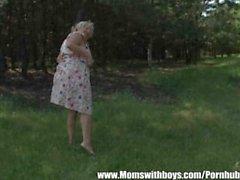 Зрелые Дама завлекает Мальчик в лес