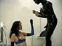 Раб становится ее попка пробурены в сортире