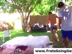 Gruppe von nackten Teens Übung outddoors für Homosexuell Brüderlichkeit