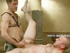 Inmate ist von seinem Meister ausgepeitscht