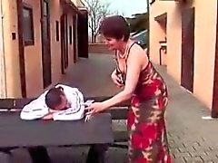 Mutter und Junger Mann Videos