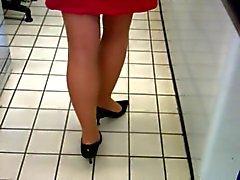 loiro en jupe por belles jambes