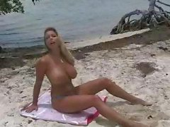 Blonde Amber Lynn is op het strand en op haar knieën getting fucked