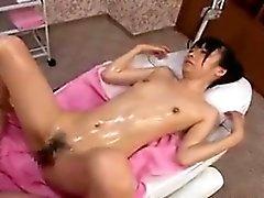 Sexy japonesa muy delgada, con un culo alegre se masajeó una