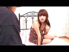 Симпатичная девушка Как ей соски Pinched киску облапанная на кровати