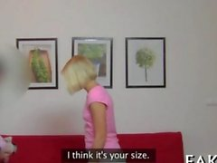 Asosyal sarı in lingerie vücudunu gösteren