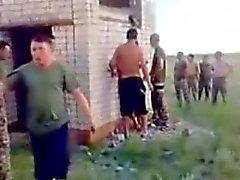 Ejército rusas individuos cogen la azada aire libre .