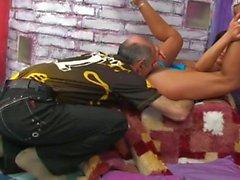 Blacked flicka haired knullar äldre mannen .