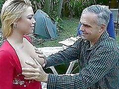 Oude man neukt dochters beste vriend