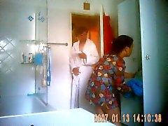 De Neue Putzfrau nimmt eine la douche